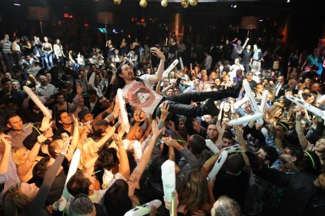 XS-Steve-Aoki-crowd-surf