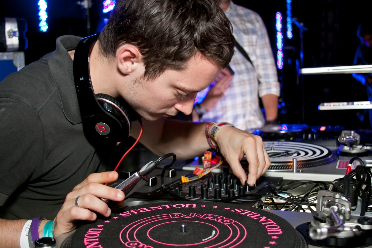 Elijah Woods Kicked Off Fantasy Con With DJ Set!